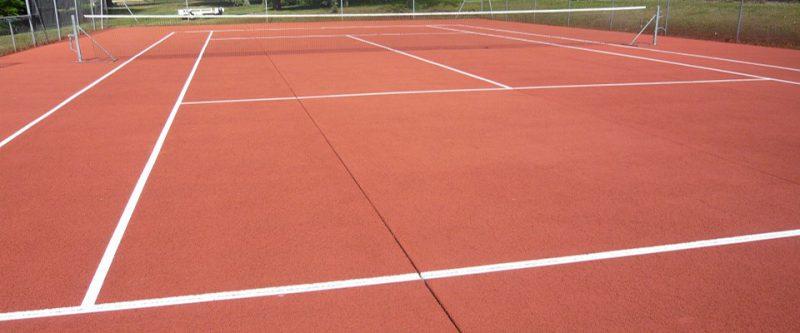terrain de tennis en béton poreux