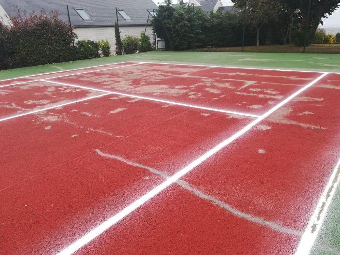 court de tennis fissuré